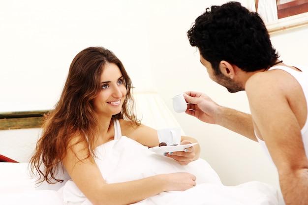Jeune Couple, Avoir, Petit Déjeuner, Dans Lit Photo gratuit