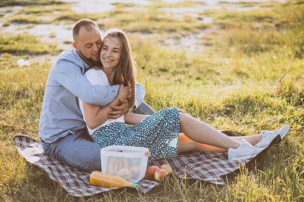 Jeune couple, avoir pique-nique, dans parc Photo gratuit