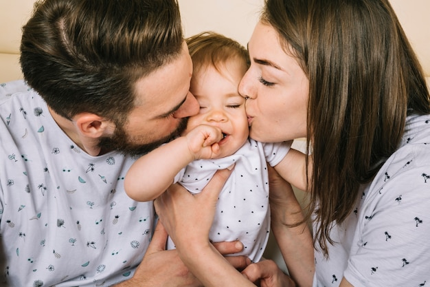 Jeune Couple Avec Bébé Le Matin Photo Gratuite