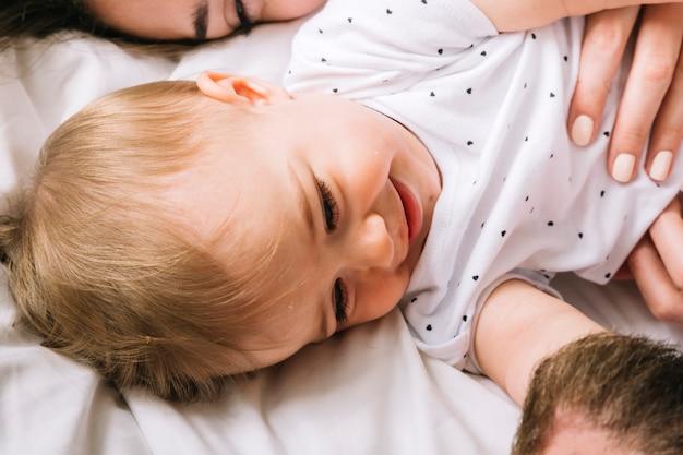 Jeune couple avec bébé le matin Photo gratuit