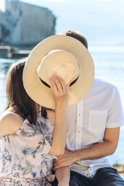 Jeune Couple Bisous. Photo Premium