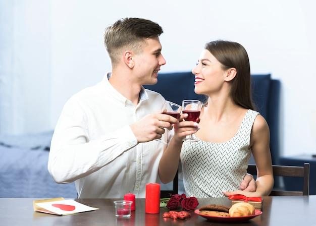 Jeune couple, boire vin, table Photo gratuit