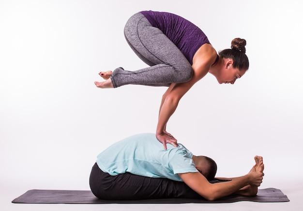 Jeune Couple En Bonne Santé Homme Et Femme En Position D'yoga Sur Fond Blanc Photo gratuit