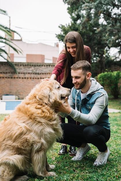 Jeune couple avec chien mignon Photo gratuit