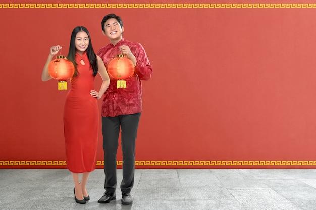 Jeune Couple Chinois Avec Une Robe Traditionnelle Tenant Des Lanternes Rouges Photo Premium
