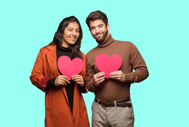 Jeune Couple Cool Célébrant La Saint Valentin Photo Premium