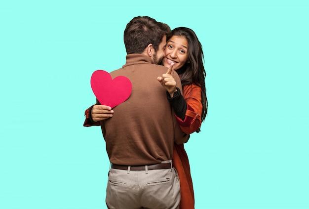 Jeune Couple Cool Célébrant La Saint Valentin Photo Premium