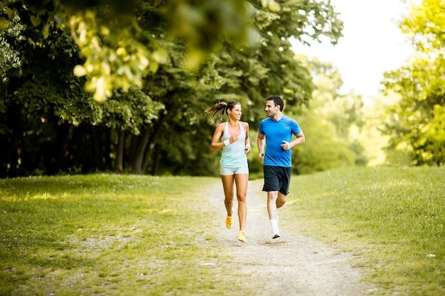 Jeune couple en cours d'exécution Photo Premium