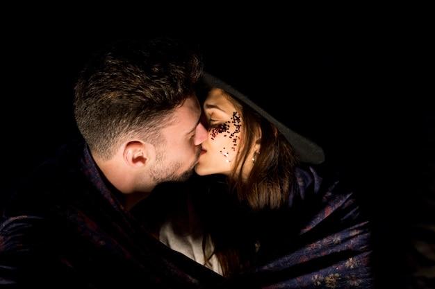 Jeune Couple En Couverture S'embrasser Photo gratuit