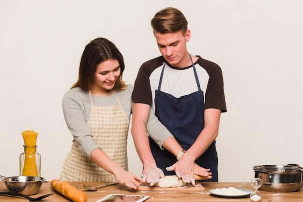 Jeune couple, cuisine, ensemble, cuisine Photo gratuit