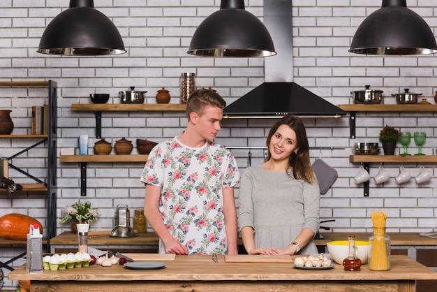 Jeune couple, debout, dans, cuisine Photo gratuit