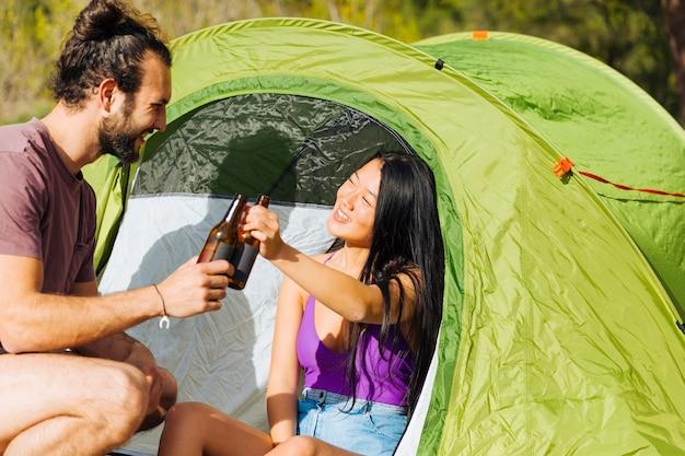 Jeune couple, délassant, dans, tente Photo gratuit
