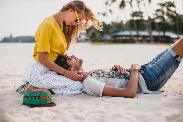 Jeune Couple élégant Hipster Amoureux Sur La Plage Tropicale Pendant Les Vacances Photo gratuit