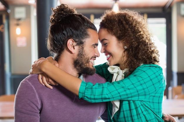 Jeune Couple, Embrasser, Dans, Restaurant Photo Premium