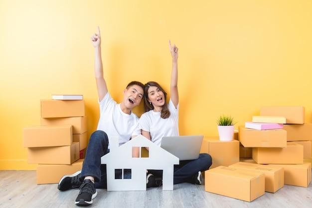 Jeune couple emménageant dans leur nouvelle maison Photo gratuit