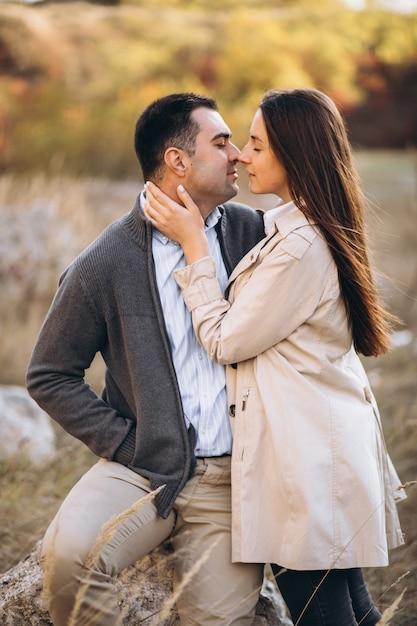 Jeune couple ensemble dans une nature d'automne Photo gratuit