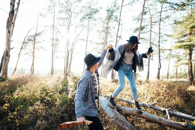 Jeune couple ensemble dans la nature Photo gratuit