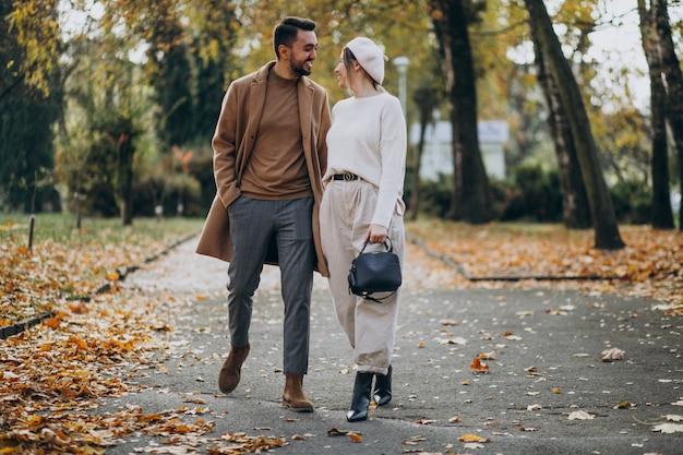 Jeune couple ensemble dans un parc en automne Photo gratuit