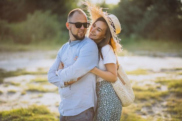 Jeune couple, ensemble, dans parc, coucher soleil Photo gratuit