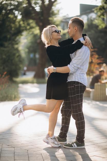 Jeune couple ensemble en ville Photo gratuit