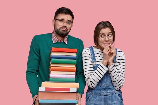 Jeune Couple D'étudiants Se Tiennent étroitement, Tiennent Une Pile De Livres, étudient Ensemble, Se Préparent Pour Le Séminaire Photo gratuit
