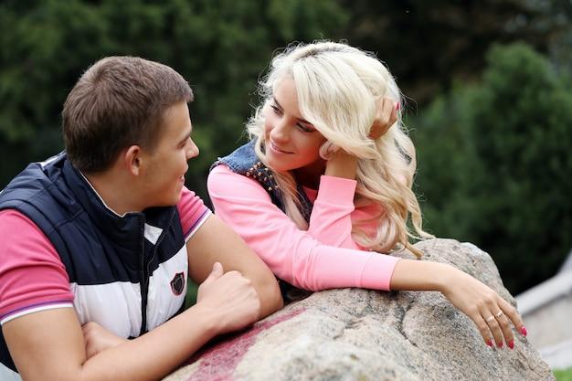 Jeune couple exprimant ses sentiments dans un parc Photo gratuit