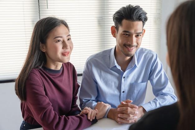Jeune Couple De Famille Parlant Avec Un Agent Immobilier Immobilier Sur L'accord D'achat D'un Contrat De Prêt Immobilier Photo Premium