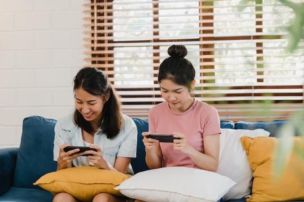 Jeune Couple De Femmes Lesbiennes Lgbtq Utilisant Un Téléphone Portable à La Maison Photo gratuit