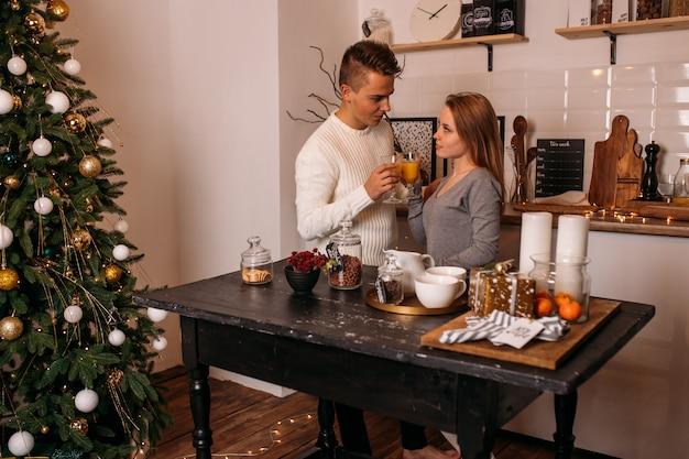 Jeune couple fête noël dans la cuisine Photo Premium