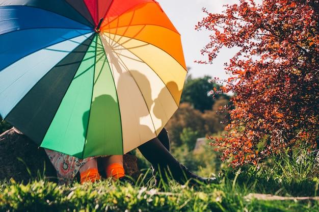 Jeune couple de filles. filles amoureuses avec lgbt parapluie. Photo Premium