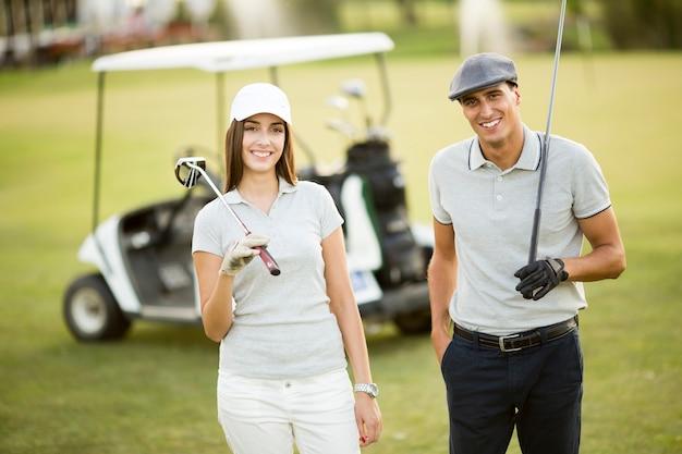 Jeune couple, golf, charrette Photo Premium