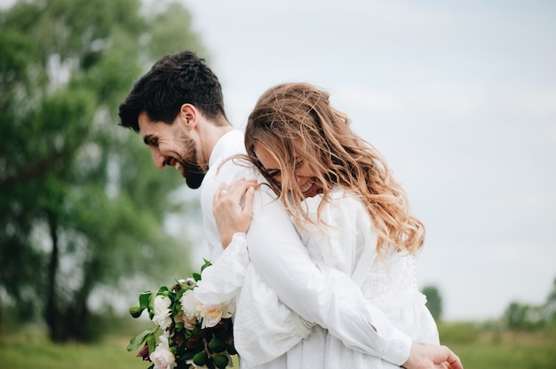 Jeune couple heureux en amour Photo Premium