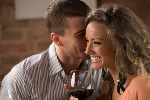 Jeune couple heureux ayant rendez-vous romantique au restaurant Photo Premium