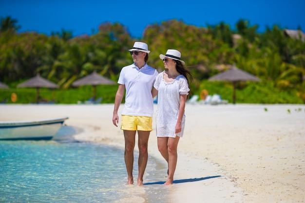 Jeune Couple Heureux Pendant Les Vacances D'été à La Plage Photo Premium