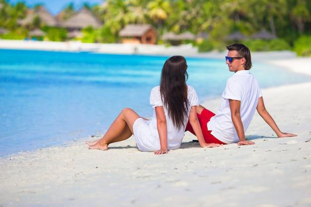 Jeune Couple Heureux Pendant Des Vacances Tropicales à La Plage Photo Premium