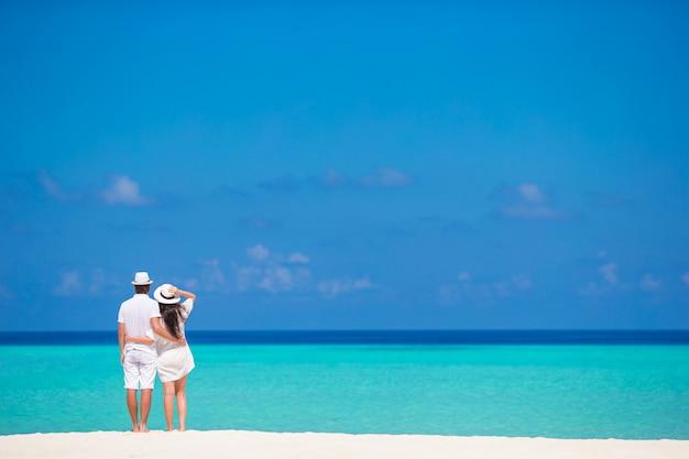 Jeune Couple Heureux Sur La Plage Blanche En Vacances D'été Photo Premium
