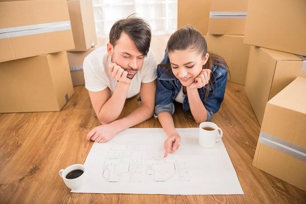 Jeune Couple Heureux Planifier Une Nouvelle Maison. Photo Premium