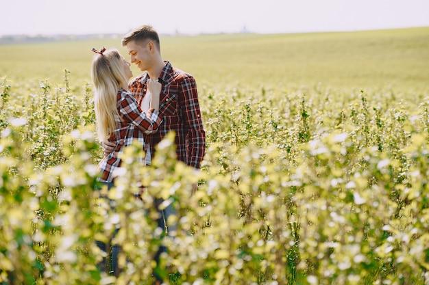 Jeune Couple Homme Et Femme Dans Un Champ D'été Photo gratuit