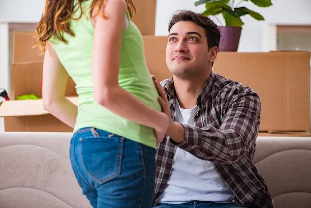 Jeune couple homme et femme enceinte attend un bébé Photo Premium