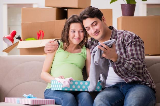 Jeune couple homme et femme enceinte avec boite Photo Premium