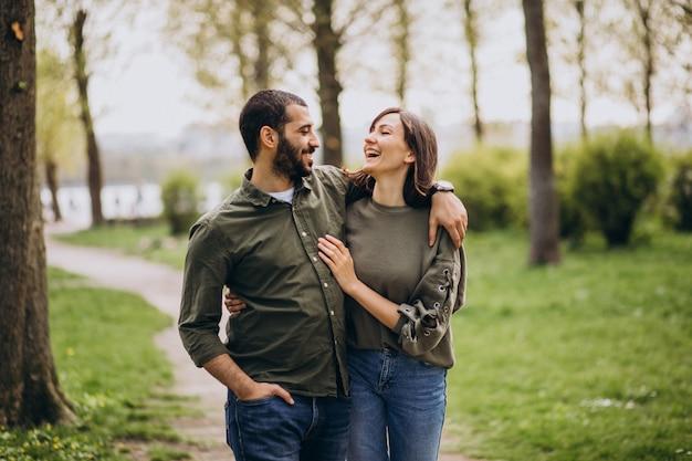 Jeune couple international ensemble dans le parc Photo gratuit