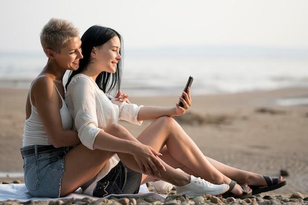 Jeune Couple De Lesbiennes Au Bord De La Mer Photo gratuit
