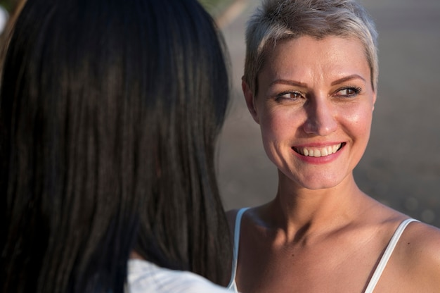 Jeune Couple De Lesbiennes En Gros Plan Photo gratuit