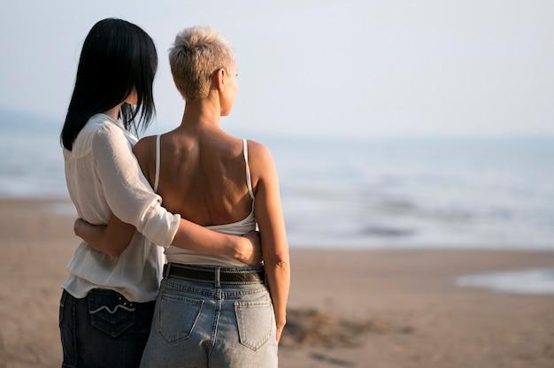 Jeune Couple De Lesbiennes Regardant La Mer Photo gratuit