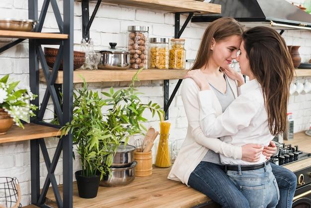 Jeune Couple De Lesbiennes Romantique Dans La Cuisine Photo gratuit