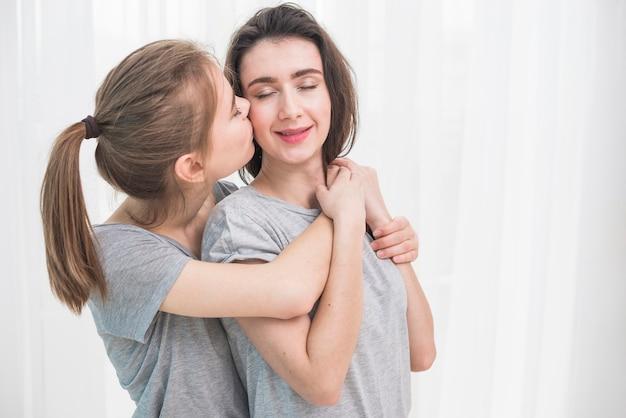 Jeune Couple De Lesbiennes Romantique Debout Contre Le Rideau Blanc Photo gratuit