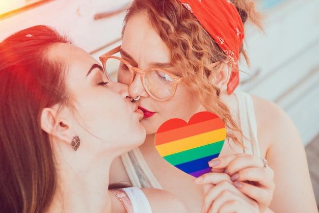 Une jeune couple de lesbiennes s'embrassant Photo Premium