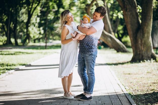 Jeune couple avec leur petite fille dans le parc Photo gratuit