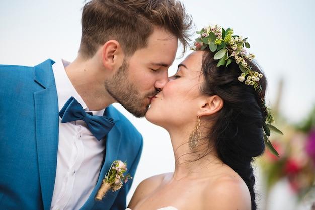 Jeune couple lors d'une cérémonie de mariage à la plage Photo Premium