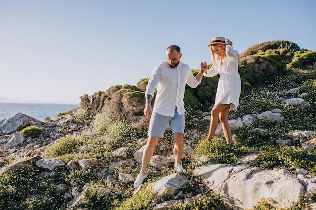 Jeune couple en lune de miel en grèce au bord de la mer Photo gratuit